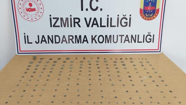 İzmirde bir otomobilden 173 parça tarihi eser çıktı