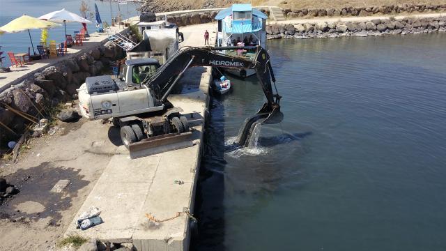 Van Gölündeki balıkçılar iş makinelerinin yardımıyla göle açıldı