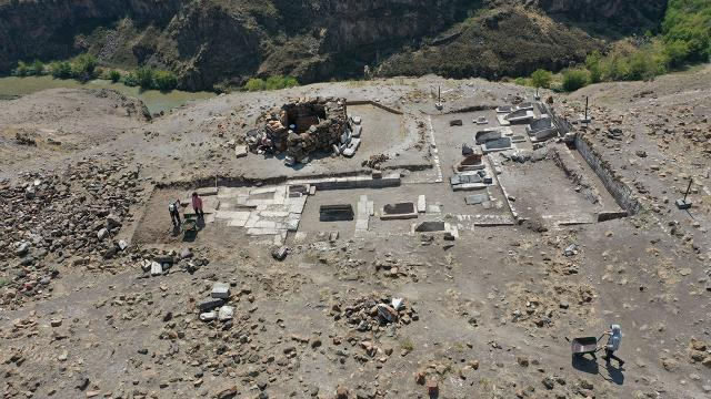 Ani Ören Yerindeki kazılarda kümbet ve mezarlara ait kalıntılara rastlandı