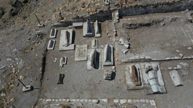 Ani Örenyerinde yeni kazılar: Selçuklu kümbeti ve mezarlığı bulundu