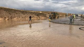 Yarım saat etkili olan sağanak su baskınına neden oldu