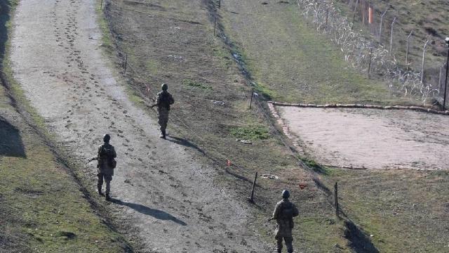Sınırı geçmeye çalışan 13 kişi yakalandı