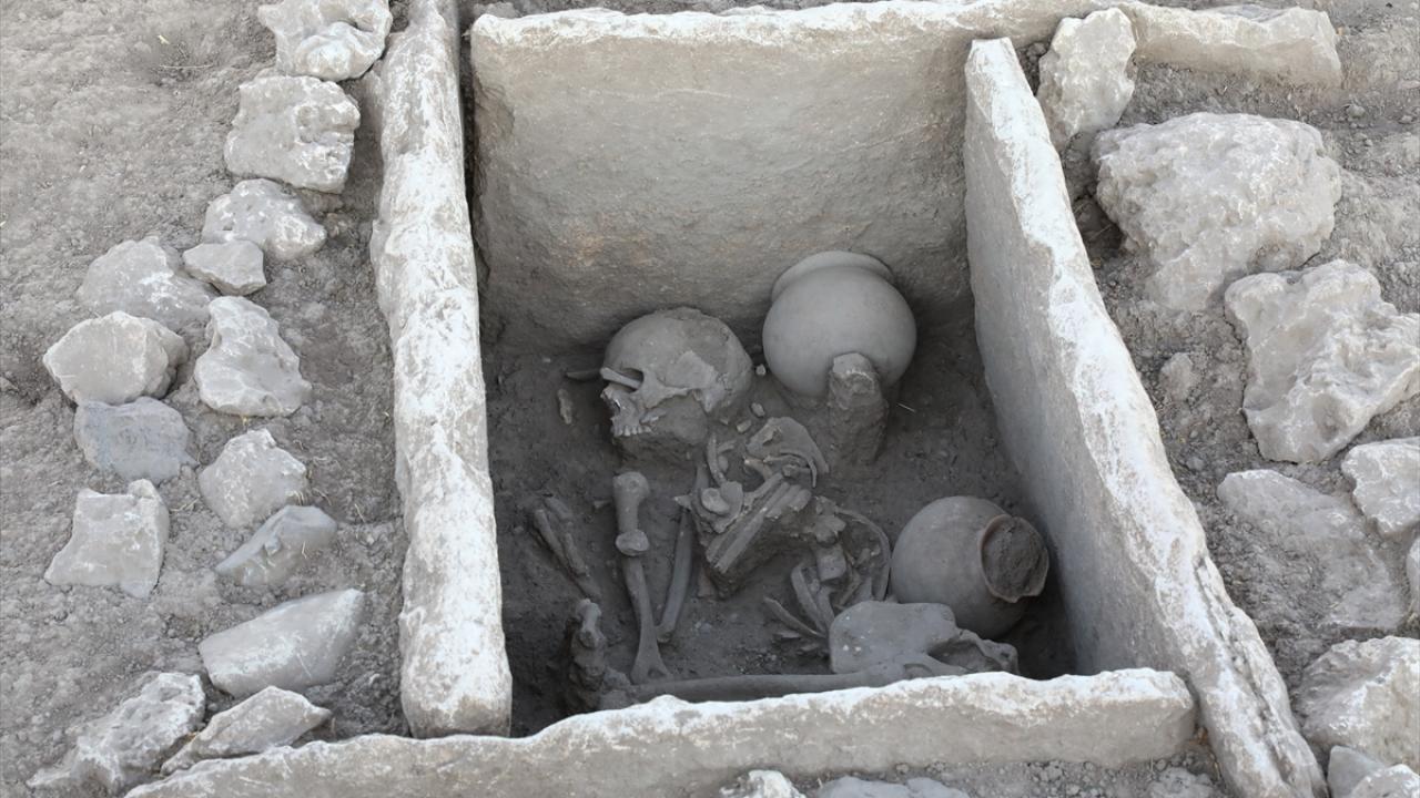 İlklerin höyüğünde 5 bin yıllık mezar bulundu
