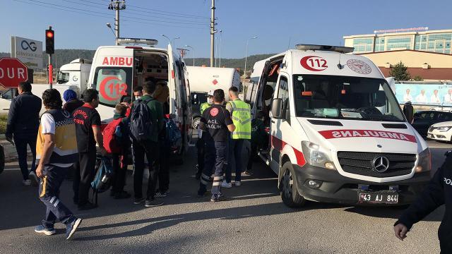 Kütahyada öğrenci servisi ile tır çarpıştı: 4 yaralı