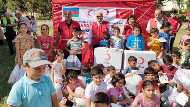 Türk Kızılaydan Karabağdaki çocuklara kırtasiye ve giysi yardımı