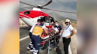 112 helikopteri yaralıyı almak için karayoluna indi