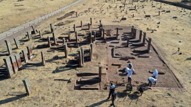 Ahlat Selçuklu Meydan Mezarlığında çocuk mezarları tespit edildi