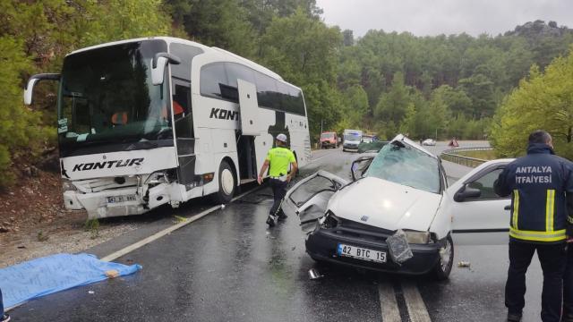 Antalyada otobüs ile otomobil çarpıştı: 2 ölü