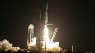 SpaceX tarihi uçuşa başladı