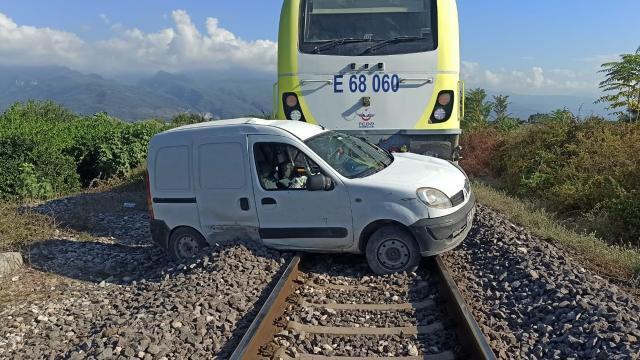 Hatayda yük treni hafif ticari araca çarptı: 2 yaralı