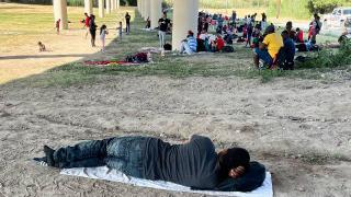 Binlerce yasa dışı göçmen sınırı geçerek ABD'ye girdi