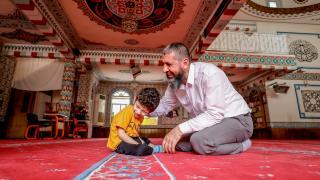 Antalyalı imam şefkatle yaklaştığı engelli ve hastaların gönüllerine dokunuyor