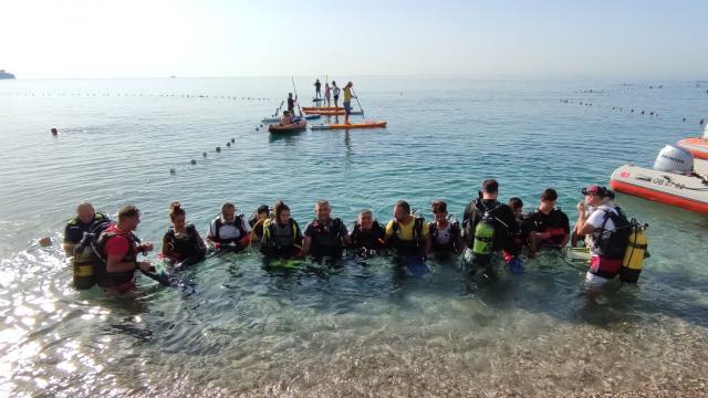 Antalyada dünyaca ünlü Konyaaltı Sahilinde kıyı ve deniz dibi temizliği yapıldı