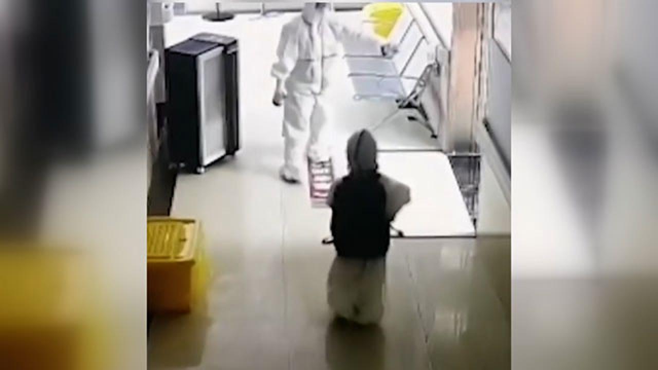 Çin'de tek başına karantinaya alınan çocuğun görüntüsü tepki çekti