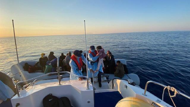 Yunanistanın ölüme terk ettiği 161 düzensiz göçmen kurtarıldı