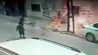 Elektrik kablosuna asılan çocuk son anda kurtuldu