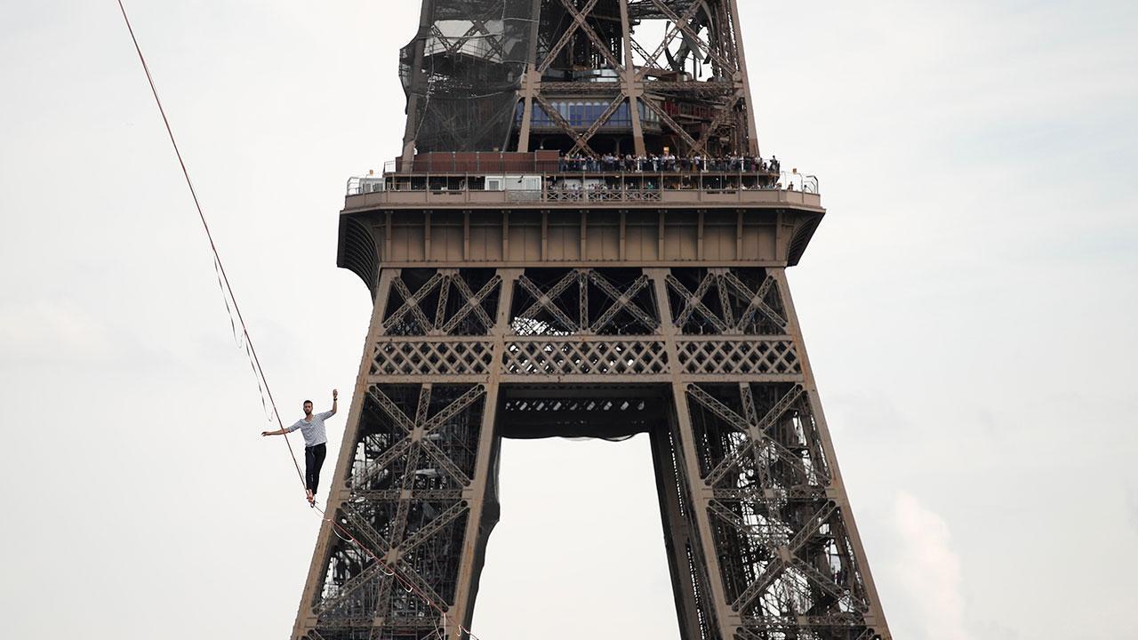 İp cambazı yerden 70 metre yüksekte 600 metre yürüdü