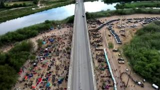 Teksas'a ulaşan binlerce Haitili göçmenin ilerlemesine izin verilmedi