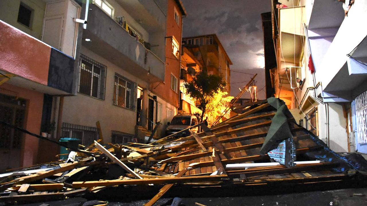 İstanbul'da çatılar uçtu, ağaçlar devrildi