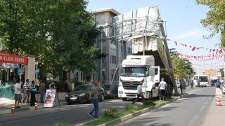 Damperi açık kalan kamyon yol tabelasına takıldı