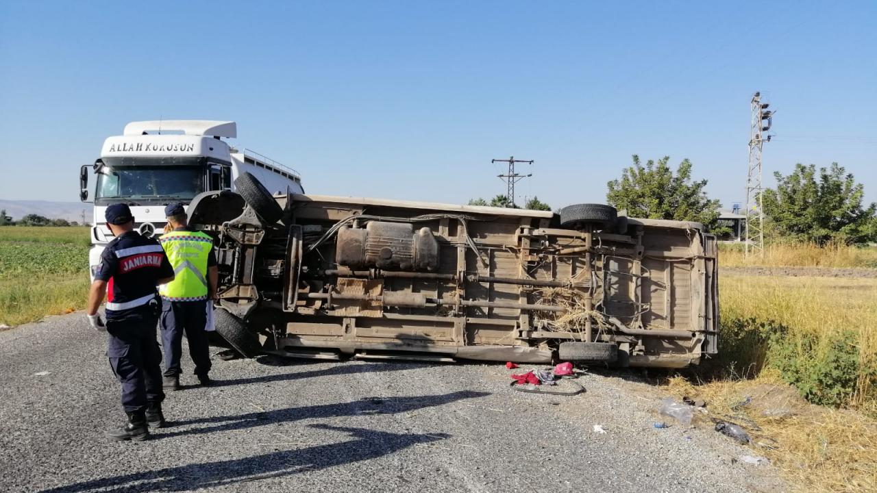 İşçileri taşıyan minibüs devrildi: 1 ölü, 15 yaralı