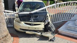 KKTC'de kontrolden çıkan araç Meclis bahçesine girdi