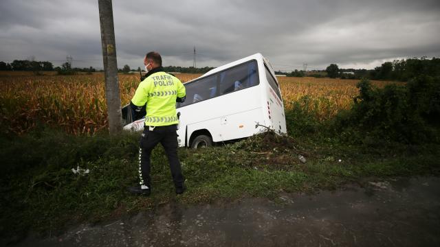 Sakarya'da devrilen yolcu midibüsündeki 7 kişi yaralandı