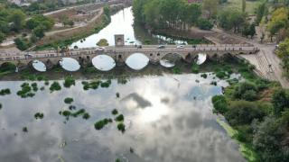 Su seviyesi dibe vuran Tunca Nehri'nde ot öbekleri oluştu