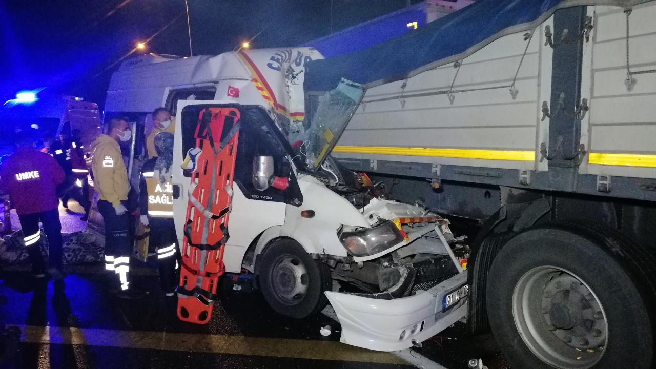 Mevsimlik işçileri taşıyan minibüs tırla çarpıştı: 17 yaralı