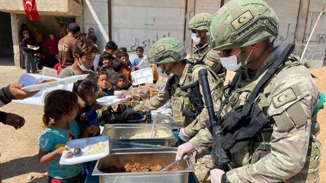 Mehmetçikten Barış Pınarı bölgesindeki ihtiyaç sahiplerine yardım