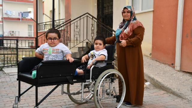 Cam kemik hastası ikizler için özel sandalye üretildi