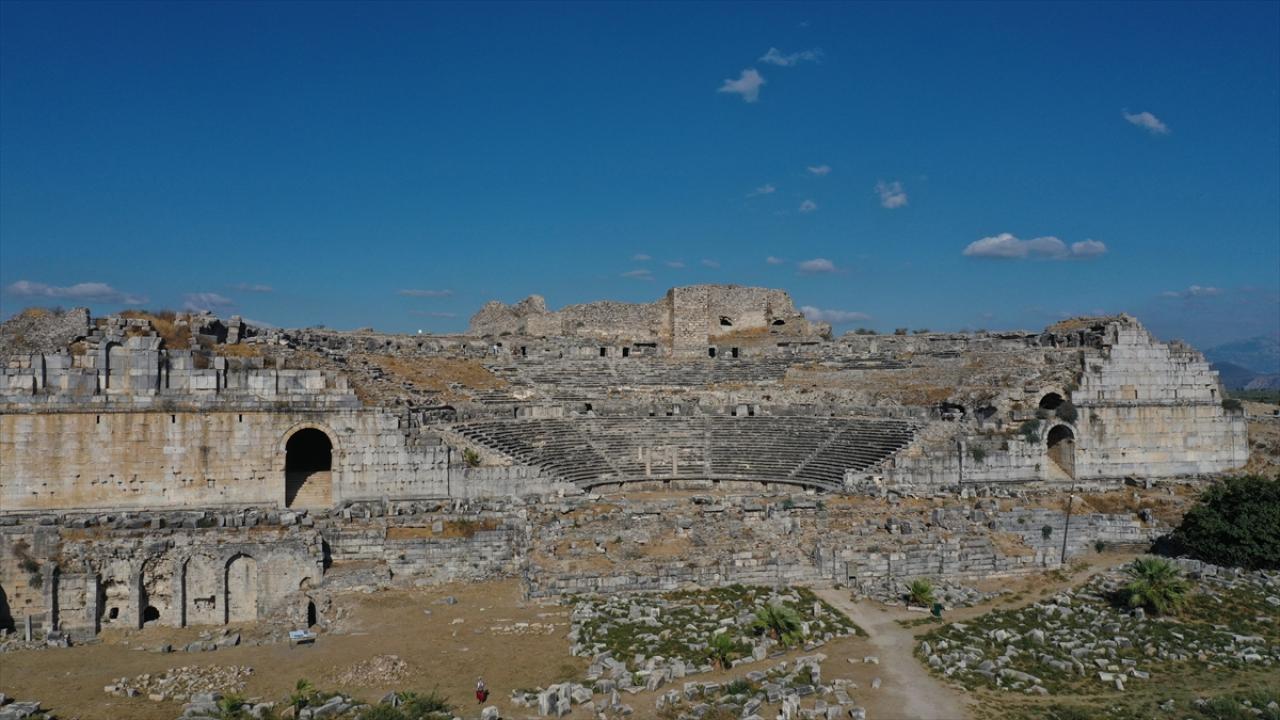 Miletos'ta 2 bin 400 yıllık iki eve ulaşıldı