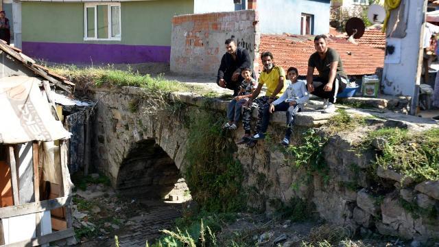 Tarihi taş köprü evler arasında kayboluyor