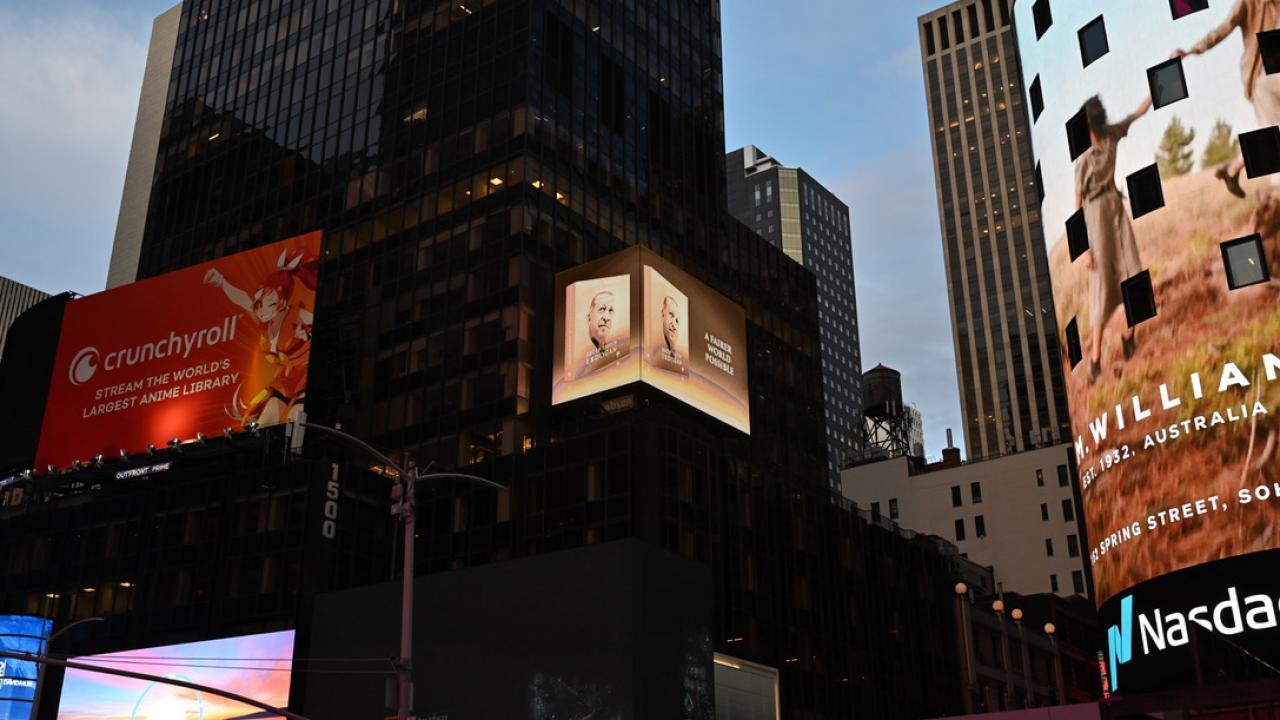 Cumhurbaşkanı Erdoğan'ın kitabı New York'ta led ekranlarda tanıtıldı