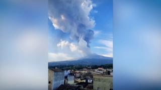 Etna Yanardağı yeniden kül ve lav püskürttü
