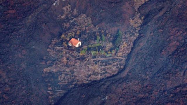 Lav akışına karşı tek başına ayakta kalan mucize ev