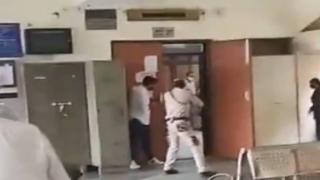 Avukat kılığına giren silahlı kişiler mahkeme salonunda gangsteri öldürdü