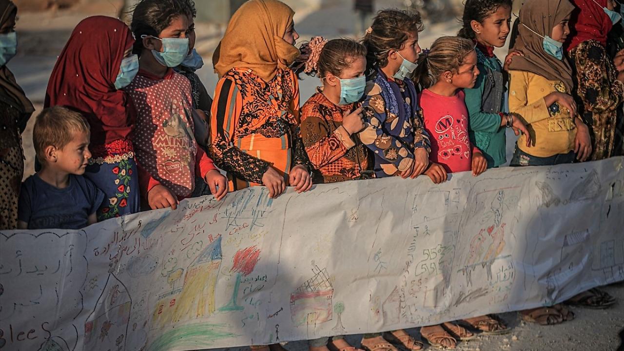 İdlibli çocuklar, sıcak yuva özlemlerini 75 metrelik mesajla aktardı