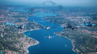 Türkiye ve Azerbaycan uçaklarından Boğaz'da selamlama uçuşu