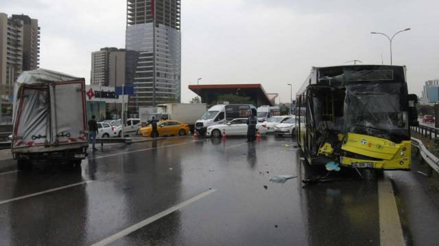 İETT otobüsüyle kamyonet çarpıştı: D-100 kapandı