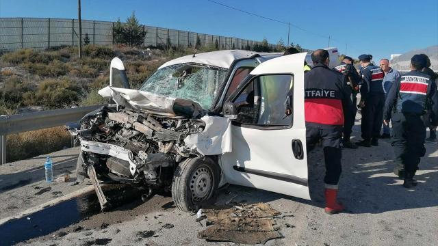 Eskişehirde iki ticari araç çarpıştı: 2 ölü, 2 yaralı
