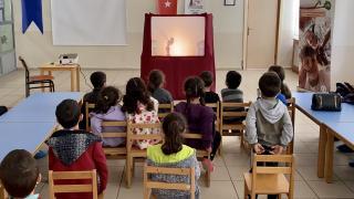 Okul müdürü Covid-19 tedbirlerini öğrencilere Karagöz oyunu ile anlatıyor