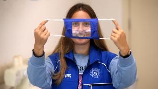 Gönüllü gençler işitme engelliler için maske atölyesine girdi
