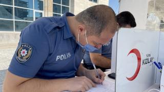 Telsiz anonsunu duyan polisler kan vermek için sıraya girdi