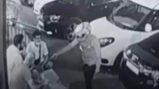 Sokakta bir kişiyi vurdu, hiçbir şey olmamış gibi yoluna devam etti