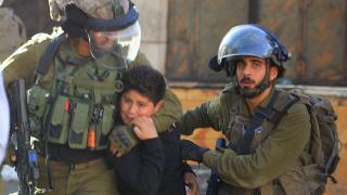 İsrail askerleri 10 yaşındaki çocuğu darp ederek gözaltına aldı