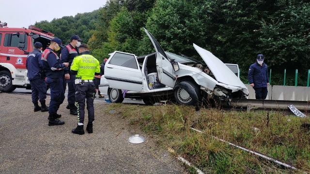 Bolu Dağında otomobil bariyerlere saplandı: 3 yaralı