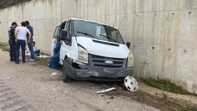 Düğüne gidenleri taşıyan minibüsün refüje çarpması sonucu 13 kişi yaralandı