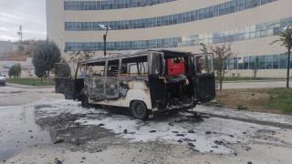 Hastane bahçesinde minibüs yandı