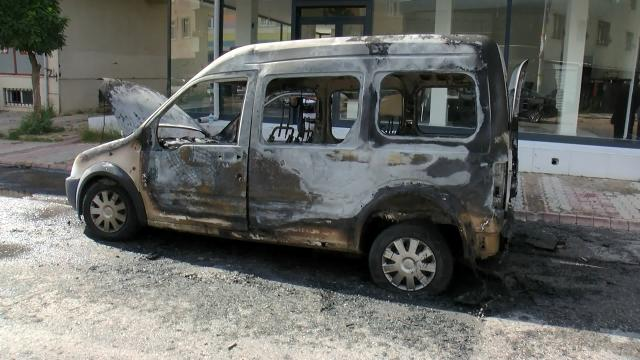 Sancaktepede seyir halindeki araç alev alev yandı
